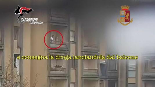 La droga lanciata dal balcone all'acquirente
