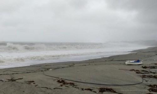 Il mare in tempesta sul versante ionico