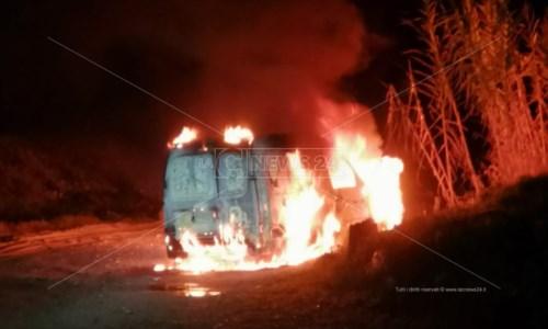 Uno dei furgoni dati alle fiamme