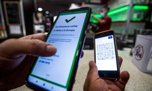 CybercrimeGreen pass Covid, scatta l'allarme in Europa: rubati i codici per creare certificati falsi