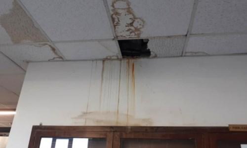 Reggio, infiltrazioni d'acqua in Comune: il soffitto dell'ufficio Anagrafe cade a pezzi