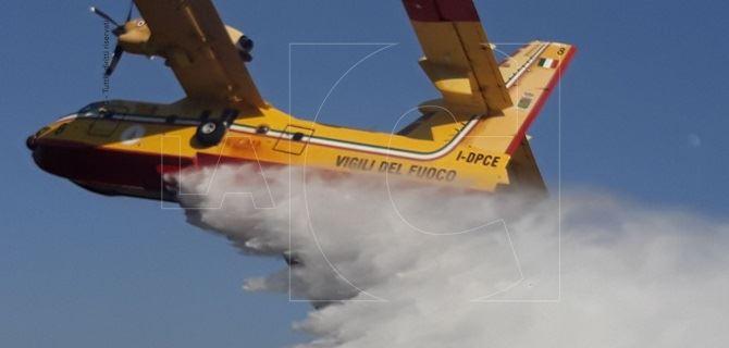 Un canadair e un elicottero ieri in azione a Pentone