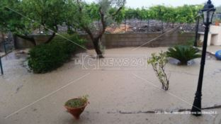 Bomba d'acqua a Cropani e Botricello, allagate strade e abitazioni. Disagi anche a Sellia (FOTO)