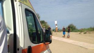 Rischiano di annegare tra le onde, poliziotto salva due giovani