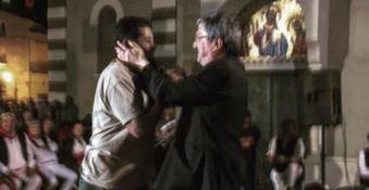 Abbraccio Vescovo e Imam