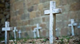 Locri, demolite le tombe abusive nel cimitero