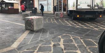 Pozzetti delle fogne come blocchi anti-terrorismo sul corso di Vibo (FOTO)