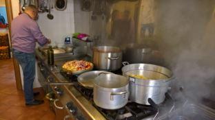 Cosenza, poliziotti in cucina alla mensa dei poveri