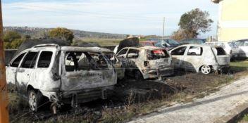 Notte di fuoco a Zungri, incendiate otto auto (FOTO-VIDEO)