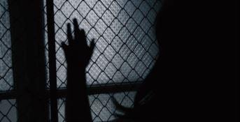 La prigione di vetro, storie di violenza e segregazione