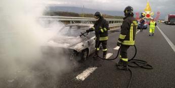 Lamezia, auto in fiamme sull'autostrada A2
