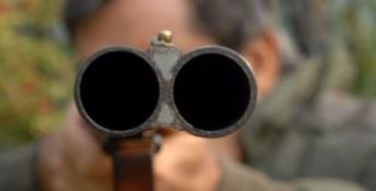Gli sparano alle spalle con un fucile a pallettoni: grave operaio incensurato