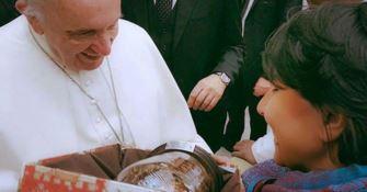 La consegna dell'opera al Papa