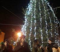 Reggio, albero di Natale nel quartiere del degrado
