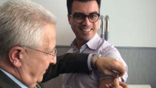 Il dg dell'Asp Perri mentre vaccina il presidente di Anci Calabria Gianluca Callipo