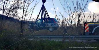 La Ford Fiesta è stata recuperata con un autogru dei Vigili del fuoco