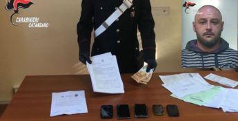 Davoli, si finge poliziotto per estorcere denaro: un arresto