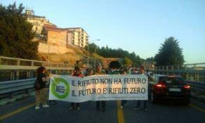 Discarica di Celico, attivisti bloccano la statale 107