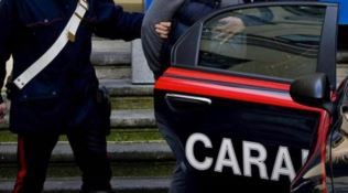 Catanzaro, tenta di investire la moglie e la minaccia con un'accetta: arrestato