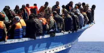 Una barca carica di migranti