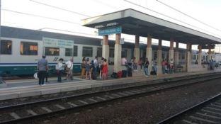 Un incendio a Settimo di Rende manda in tilt il traffico ferroviario