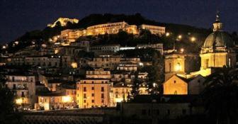 Veduta notturna del centro storico di Cosenza