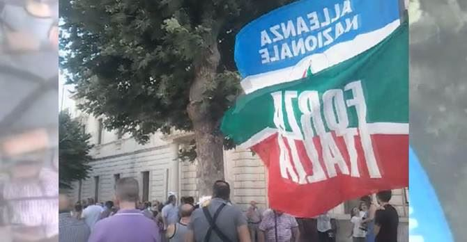 La protesta di Fratelli d'Italia a Castrovillari