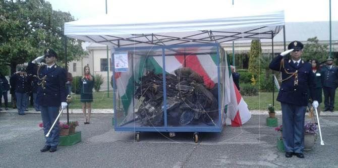 La teca contenente i resti dell'auto della scorta di Falcone