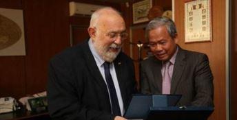 Il rettore Crisci con l'ambasciatore Cao Chinh Thien