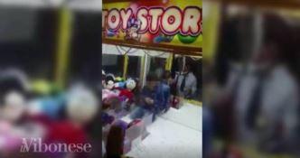 """Bimbo sfugge al controllo dei genitori e finisce dentro la macchina """"pesca palloni"""" (VIDEO)"""