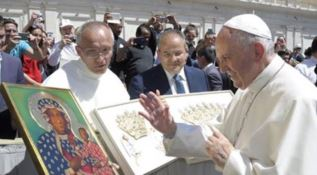 Il Papa benedice le creazioni di Affidato