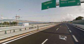 A piedi in autostrada per raggiungere Reggio: la protesta di alcuni migranti