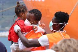 FOTO | Dopo il dramma la speranza, 560 migranti sbarcano a Vibo Marina