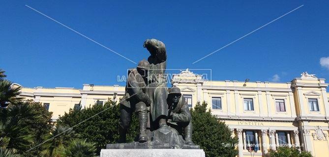 La statua in memoria dei caduti in piazza Matteotti