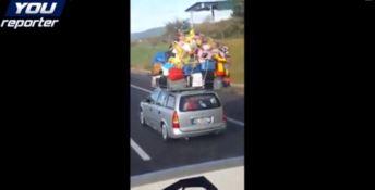 Auto stracarica sull'A2 sfidando leggi fisiche e codice stradale (VIDEO)