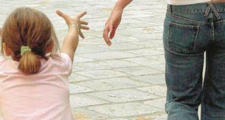 Non ha i soldi per il regalo alla maestra, mamma aggredita dagli altri genitori