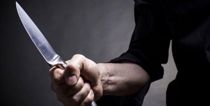 Un uomo con un coltello in mano