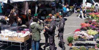 Foto d'archivio. I baschi verdi della Finanza al mercato rionale