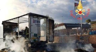 A fuoco autocarro lungo la Statale 106