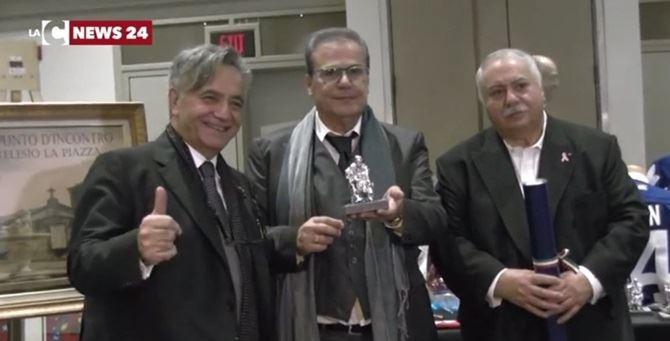 Pino Gigliotti ritira il premio a nome di Maduli