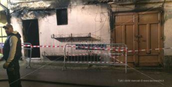 Notte di fuoco a Chiaravalle, in fiamme un deposito in centro storico (FOTO)