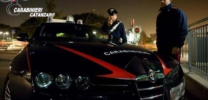 I carabinieri hanno bloccato l'uomo in evidente stato di agitazione