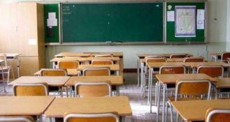 Scrisse la soluzione dell'esercizio sulla fronte dello studente, condannata insegnante