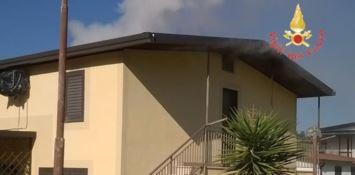 In fiamme un'abitazione estiva a Sellia Marina (FOTO)
