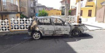 Una delle auto incendiate