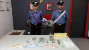 Vede i carabinieri e getta la marijuana dal finestrino, un arresto a Mirto Crosia