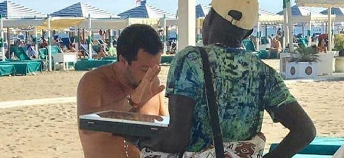 Matteo Salvini in spiaggia con un venditore ambulante