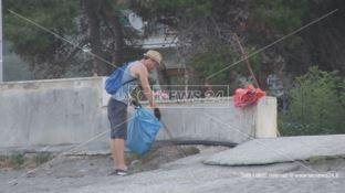 Torremezzo, si lavora all'alba per pulire la spiaggia - VIDEO