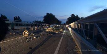 Scontro frontale sulla statale 106 a Simeri, tre feriti