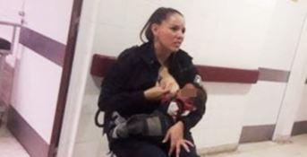 Allatta il figlio di un'arrestata, il gesto della poliziotta argentina  commuove il web